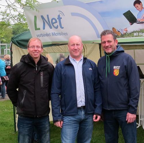 Thomas Neumann (Innofactory) und Christoph Hellmann (TKG) begrüßten an ihrem Infostand beim Welveraner Buchenwaldlauf auch Schirmherr Ingo Teimann, Bürgermeister der Gemeinde Welver (von links).