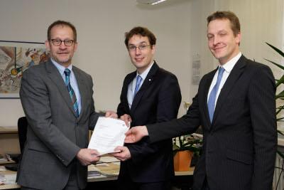 Bekommt Geld für Analysen: Wirtschaftsförderer Michael Bison (Mitte) erhielt den Förderbescheid der Bezirksregierung von Abteilungsleiter Ferdinand Aßhoff (links) und Dezernent Andreas Pletziger.