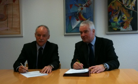 Telekom Vorstandsbeauftragter Ulrich Adams und Schmallenbergs Bürgermeister Bernhard Halbe bei der Unterzeichung der Abschlussvereinbarung.