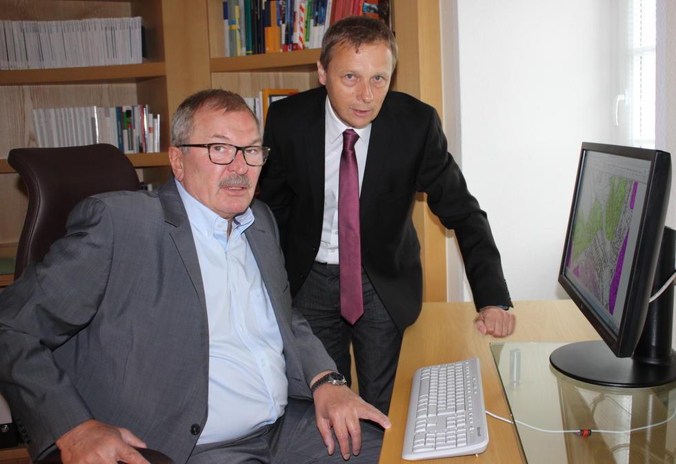 Breitbandkoordinator Martin Dornseifer (rechts) erläutert Landrat Frank Beckehoff die nächsten Planungsschritte. (Foto:Kreis Olpe)