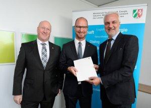 NRW Wirtschaftsminister Garrelt Duin überreicht Bewilligungsbescheide zum Breitbandausbau an Vertreter des Kreises Soest in Düsseldorf am Freitag, 30. September 2016.