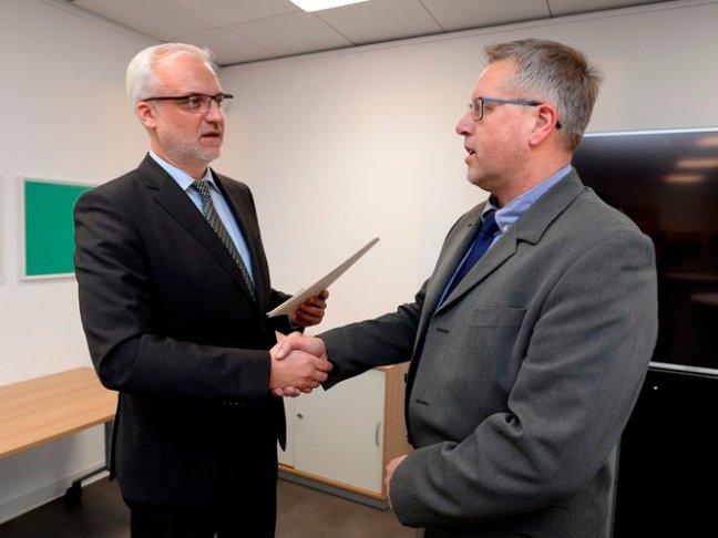 Der Breitbandbeauftragte des HSK, Franz-Josef Mönxelhaus (r.), nahm für den Hochsauerlandkreis den Förderbescheid von Minister Garrelt Duin entgegen. (Foto: MWEIMH NRW/Roberto Pfeil)