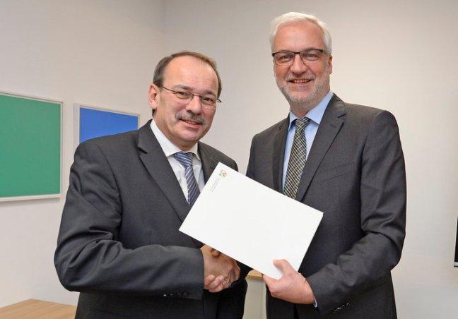 NRW Wirtschaftsminister Garrelt Duin (l) überreicht den Förderbescheid an den Märkischen Kreis, vertreten durch Landrat Thomas Gemke in Düsseldorf am Montag, 21. November 2016. (Foto: MWEIMH NRW/Roberto Pfeil)