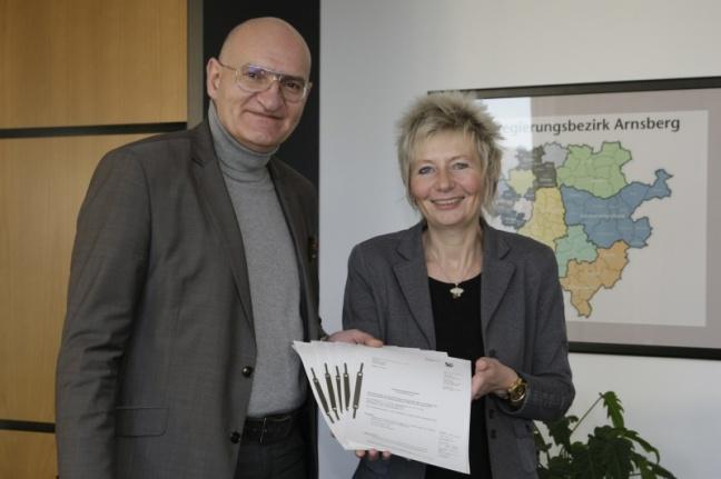 Bürgermeister Ralph Brodel (l.), Stadt Sundern, Regierungspräsidentin Diana Ewert (Foto: Bezirksregierung Arnsberg)