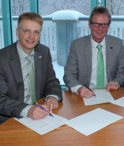 Bürgermeister Werner Eickler (l.) und Reinhard Rohleder, Deutsche Telekom, beim Vertragsabschluss. (Foto: Stadt Winterberg)
