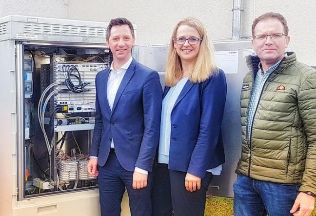 Landrat Andreas Müller (Kreis Siegen-Wittgenstein) und Bürgermeisterin Nicole Reschke (Stadt Freudenberg) lassen sich von Achim Loos (innogy) das Breitbandnetz zeigen. (Foto: Kreis-Siegen-Wittgenstein)